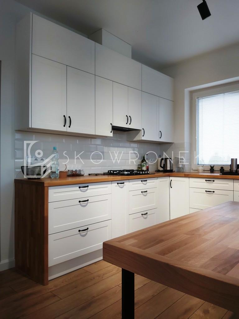 kuchnia klasyczna biała blaty drewniane lakierowana lakier biały mat skandynawska deb1